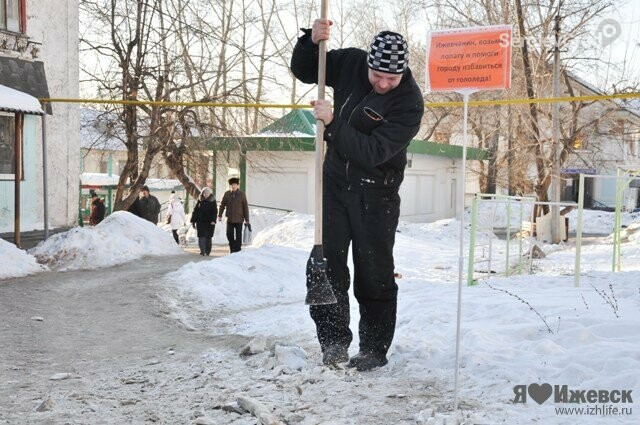 Разбить лед лопатой