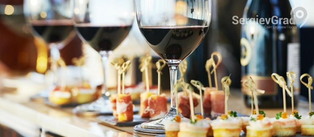 красное вино и ассорти закусок брускетта
