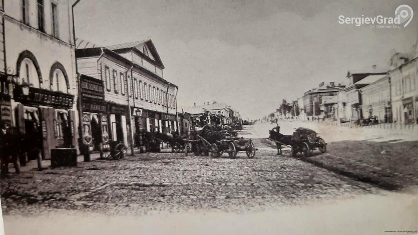 Северная половина Большедорожной улицы получившая название Переяславская улица. Слева — здания гостиниц лавры.