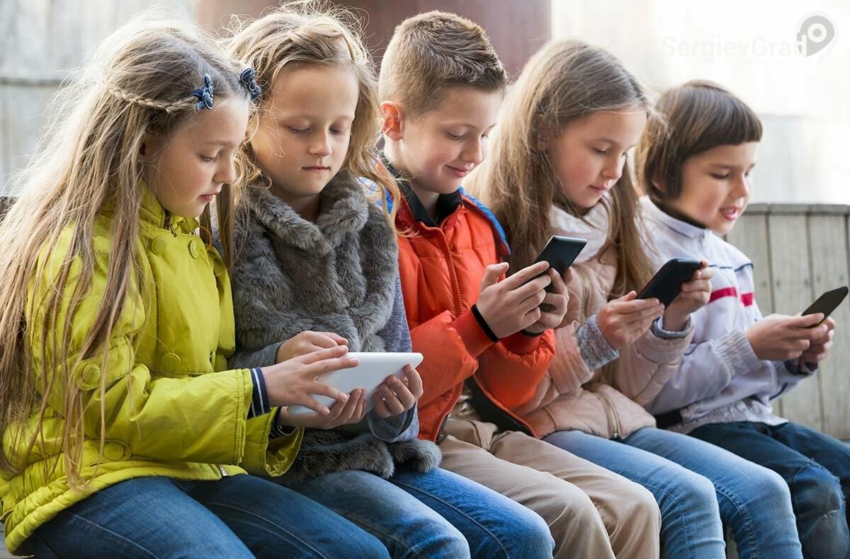 Детям запретят использовать мобильные телефоны на уроках в школе
