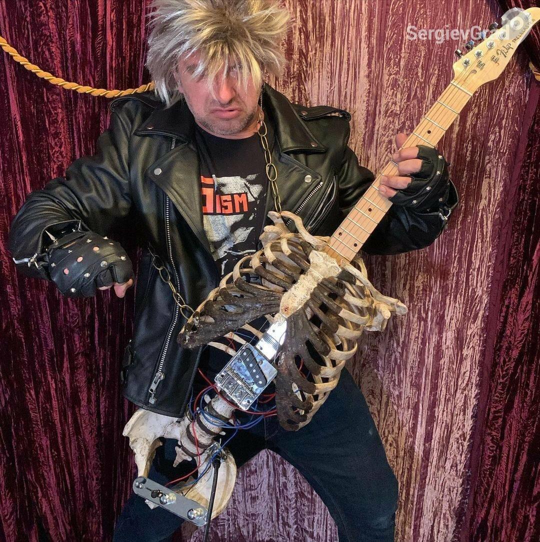 Музыкант смастерил электрогитару из дяди, который скончался 30 лет назад