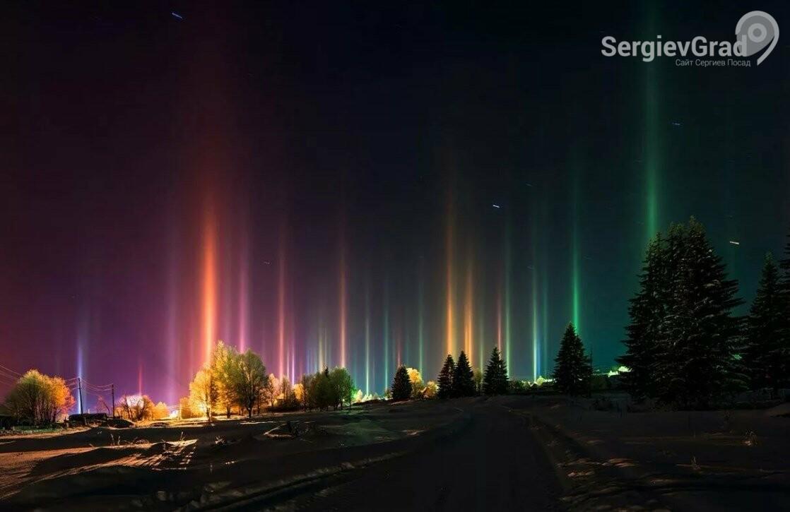 Мистические столбы света в ночном небе увидели в подмосковном Чехове